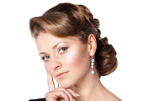 This 1940s era updo evokes timeless femininity. Hairstyles from the ...