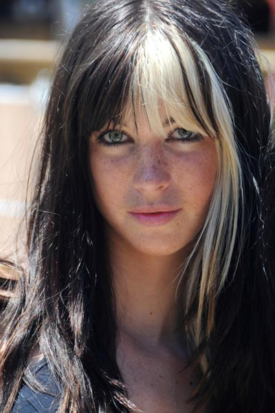 indie rock to your hairstyle with bangs, try adding a little color